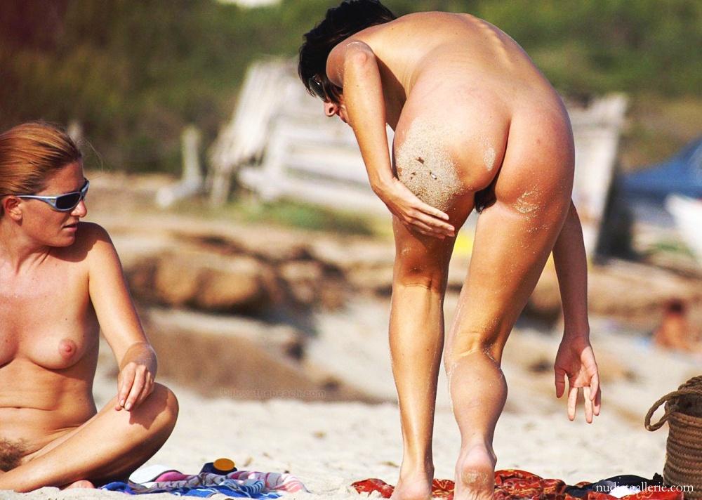 elena-pussy-on-the-beach-lesbians